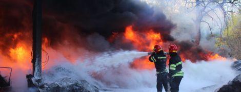 Черкаси затягнуло їдким димом – горіла величезна купа автопокришок