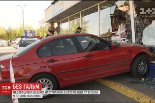 У столиці дівчина при спробі припаркуватись скоїла масштабну ДТП