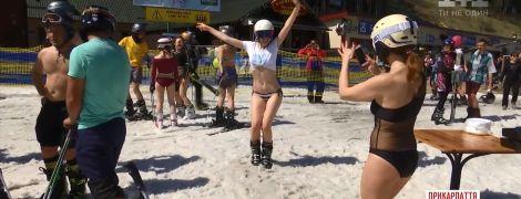 Сезон катания на лыжах и сноубордах в Буковеле закрыли заездом в купальниках и шортах