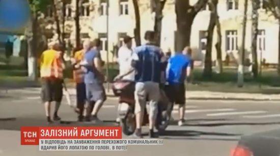 Комунальник на Буковині гепнув лопатою перехожого за зауваження