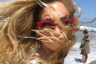 Модели на отдыхе: Бар Рафаэли поделилась ярким пляжным фото