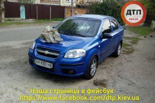 В Киеве на автомобили бросают камни и мусор