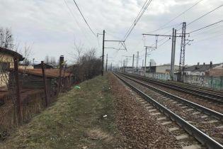 Під Києвом хулігани камінням закидають потяги