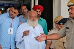 Известного индийского гуру признали виновным в изнасиловании девочки