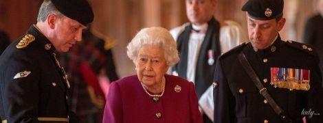 В костюме цвета фуксии: новый яркий образ королевы Елизаветы II