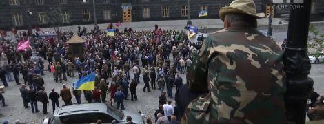 """Невдоволені """"афганці"""" побилися з поліцією під Кабміном та перекрили вулицю Грушевського"""