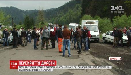 Жителі кількох сіл на Закарпатті влаштували протест з вимогою ремонту траси Долина-Хуст