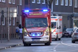 """""""Я никогда такого не видел"""": спасатели показали, как пропускают скорую помощь в Германии"""