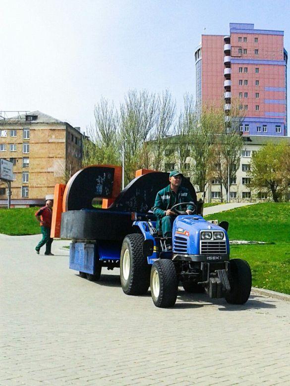 Літери Шахтар біля Донбас Арени