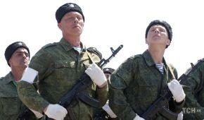 Каракулеві шапки та садові рукавички. Луганські бойовики влаштували репетицію параду до 9 Травня