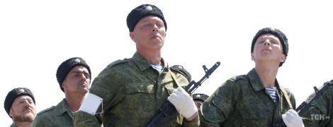 Каракулевые шапки и садовые перчатки. Луганские боевики устроили репетицию парада к 9 Мая