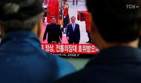 Рукостискання на демаркаційній лінії і вечеря з символічними стравами: подробиці історичної зустрічі лідера КНДР і президента Південної Кореї