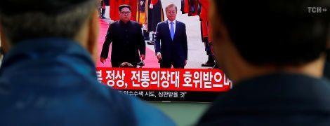 Рукопожатие на демаркационной линии и ужин с символическими блюдами: подробности исторической встречи лидера КНДР и президента Южной Кореи