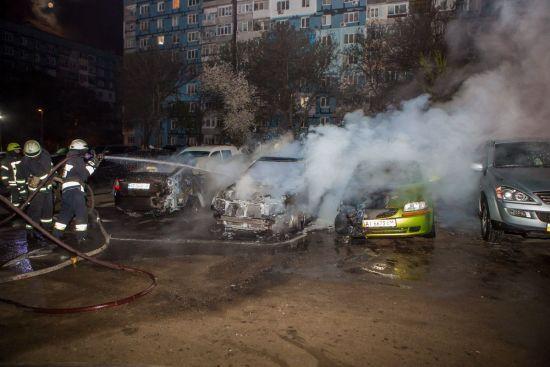 На стоянці в Дніпрі згоріло одразу п'ять авто