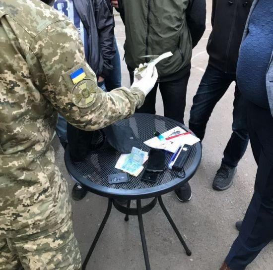 """На Дніпропетровщині затримали """"перевертня у погонах"""" на хабарі у 10 тисяч доларів"""