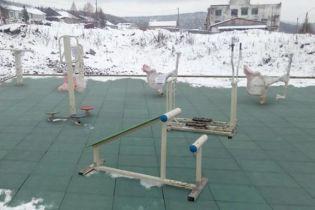 """В Росії розгорівся скандал через  """"добудований"""" за допомогою фотошопу дитячий майданчик"""