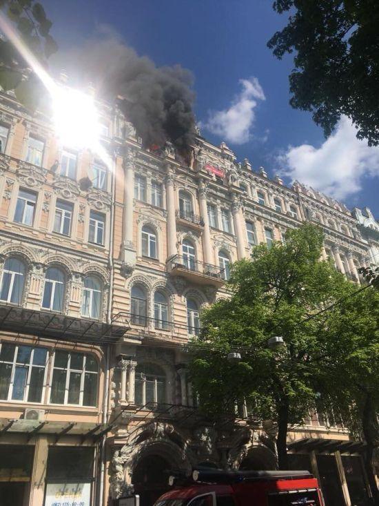 У центрі Києва горить будинок Гінзбурга