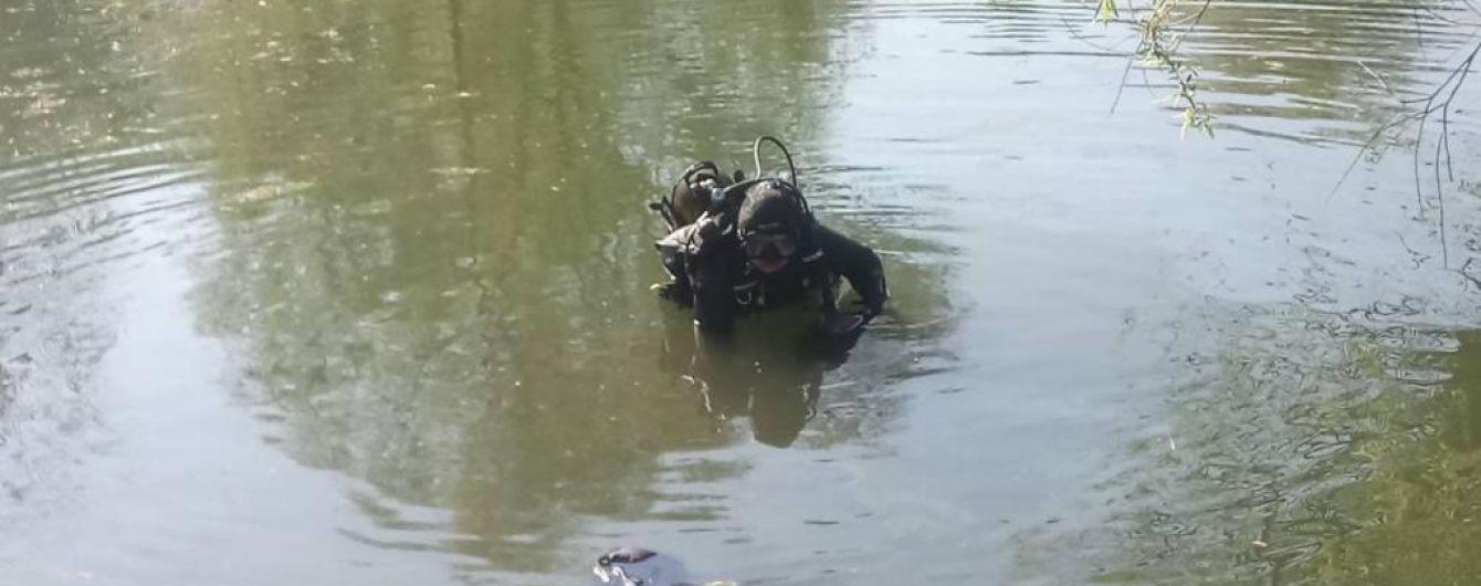 В Киеве спасатели достали тело мужчины из озера на территории парка