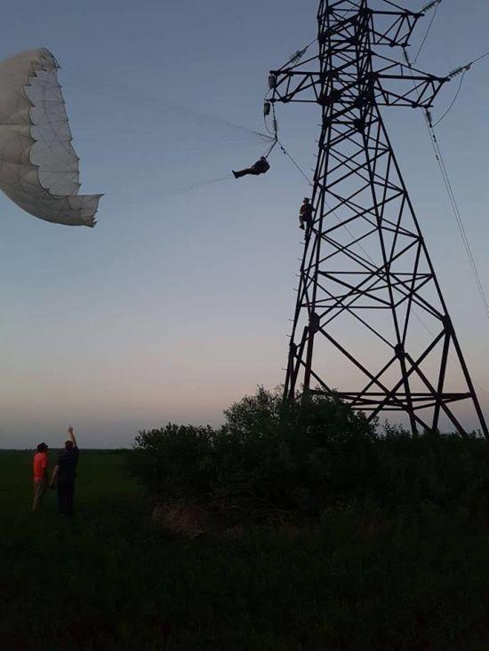 На Івано-Франківщині парашутист заплутався у високовольтних лініях