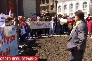 Летючий кефір, стрілянина та георгіївська стрічка: в Україні вирували першотравневі політичні пристрасті