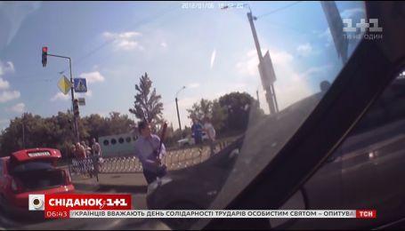 Як часто українці зіштовхуються з хамством на дорогах і як на це реагують