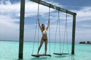 В бикини у бассейна: Бар Рафаэли отдыхает на Мальдивах