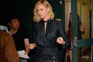 В юбке-карандаше и красивой блузке: Шарлиз Терон попала в объективы папарацци