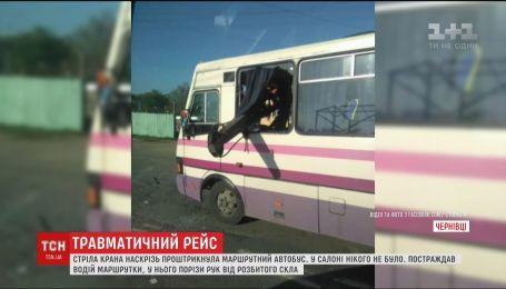 В Черновцах кран разбил маршрутку