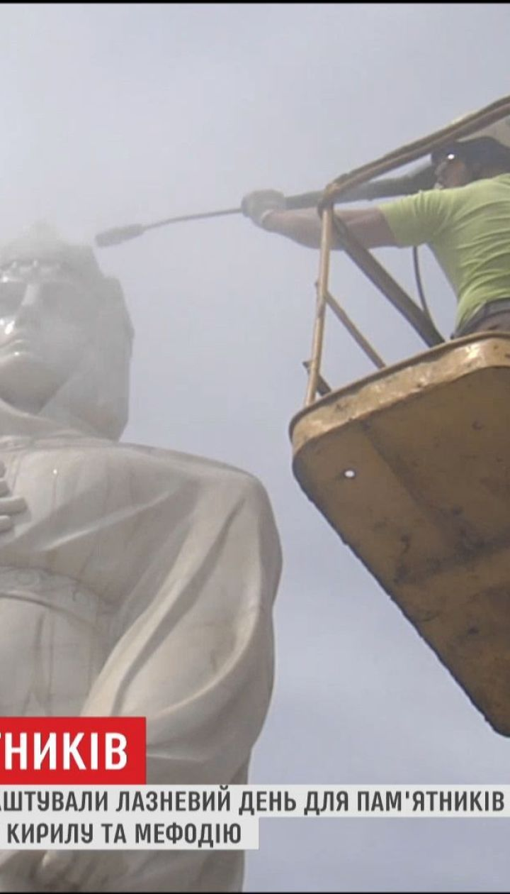 В центре столицы устроили банный день для памятника Княгине Ольге и ее соседям