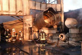 На Киевщине перед ликвидацией завода покрышек на его складе вспыхнул крупный пожар