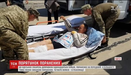 До Одеси літаком переправили 11 поранених бійців з фронту