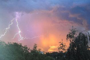 Синоптики оголосили штормове попередження: на Україну насуваються грози зі шквалами