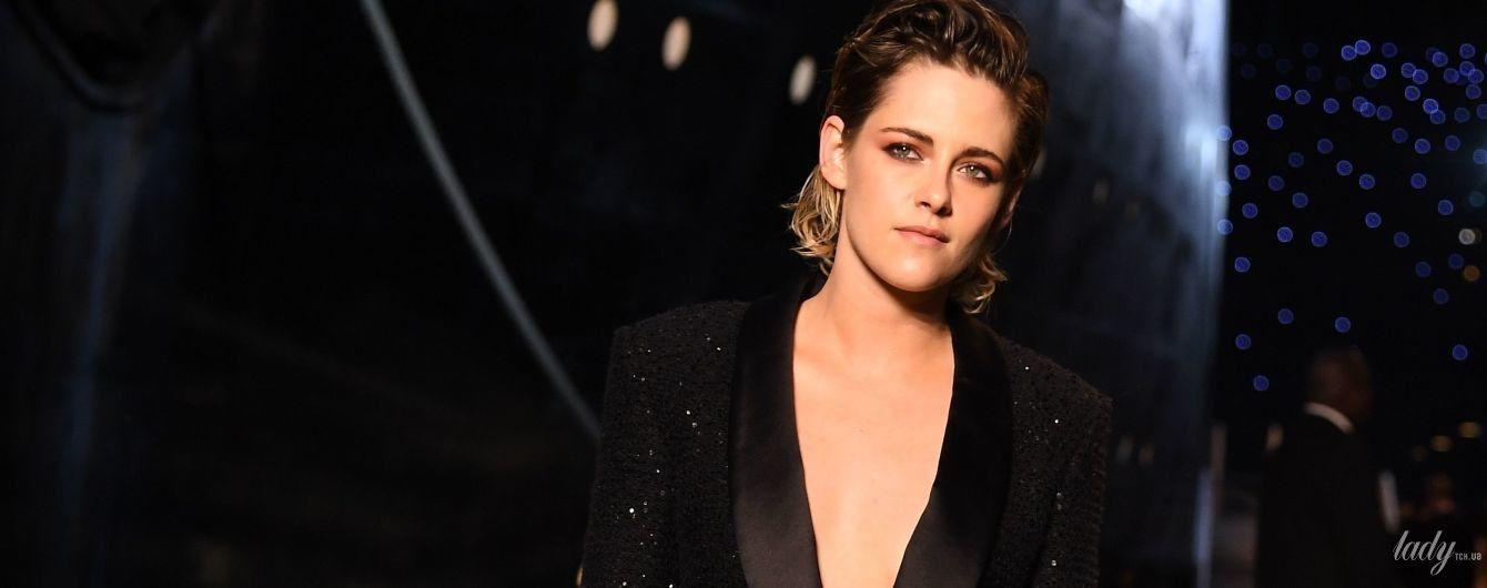 С глубоким декольте и на шпильках: Кристен Стюарт удивила образом на показе Chanel в Париже