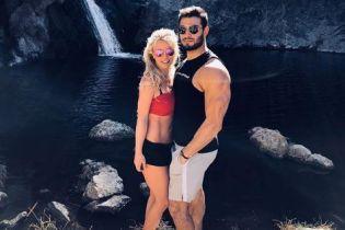 Спорт на двоих: мускулистый возлюбленный Бритни Спирс использовал ее как штангу в своих упражнениях