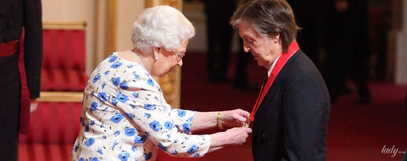 Как всегда, эффектная: королева Елизавета II вручила орден Полу Маккартни