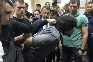 Националисты привели захваченного боевика Лусварги под СБУ, его забрали следователи