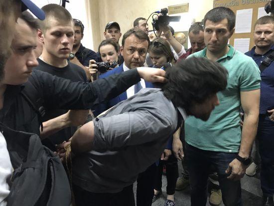 Націоналісти привели захопленого бойовика Лусваргі під СБУ, його забрали слідчі