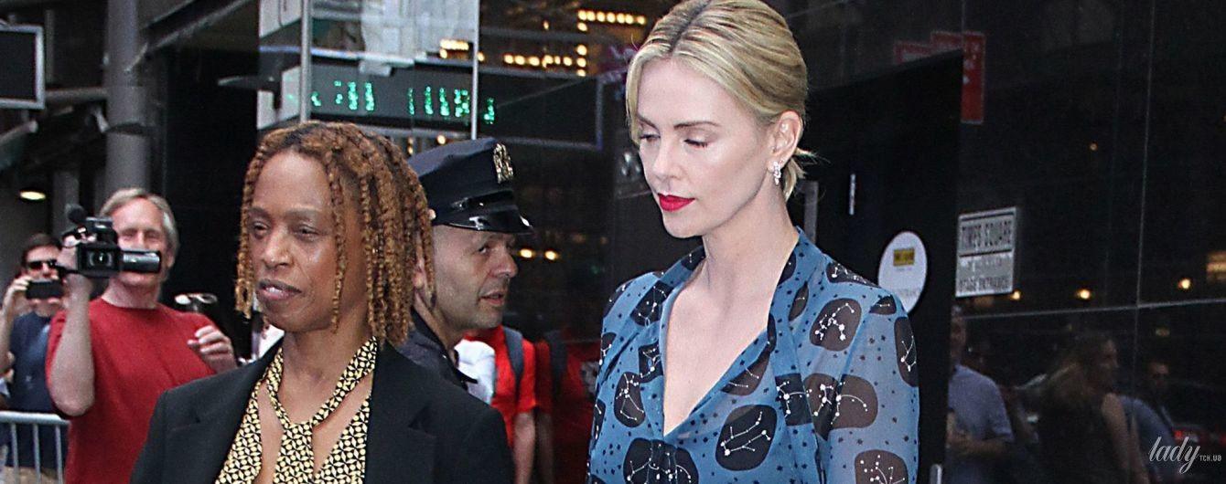 В элегантном платье и с грязной головой: Шарлиз Терон удивила образом