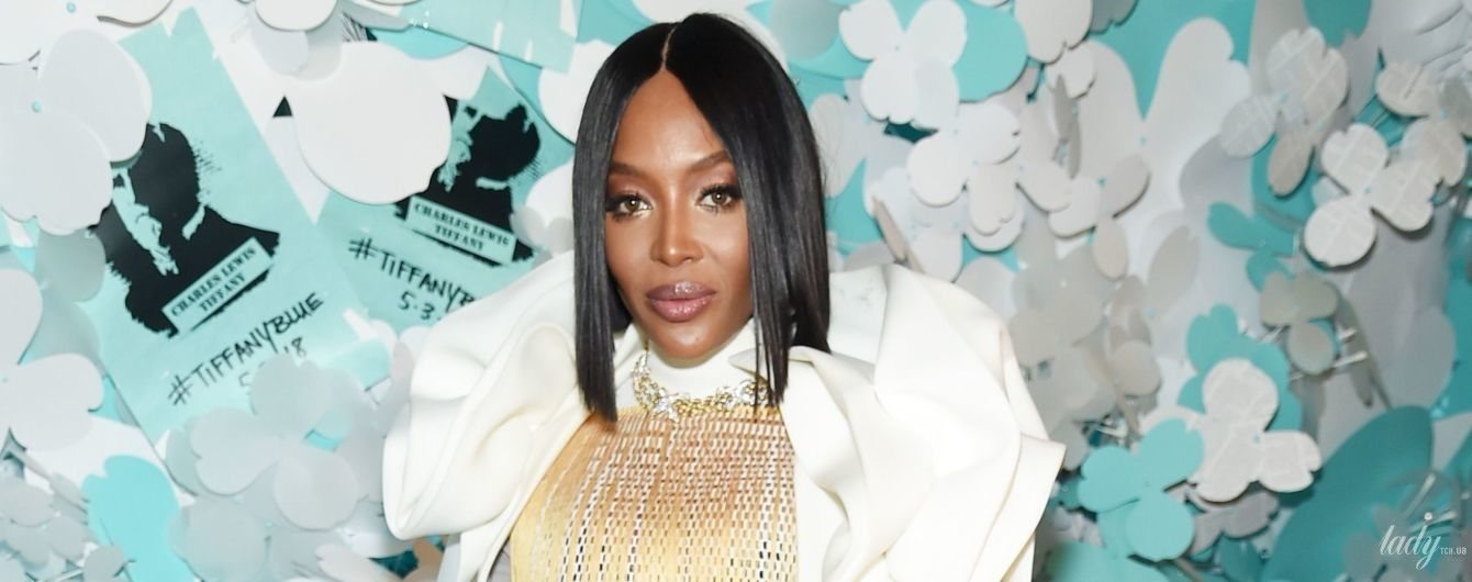 В белом пальто и полупрозрачном платье: экстравагантный образ Наоми Кэмпбелл