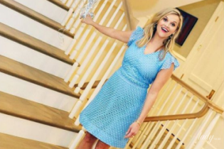 В голубом платье и с воздушными шарами: Риз Уизерспун продемонстрировала яркий образ