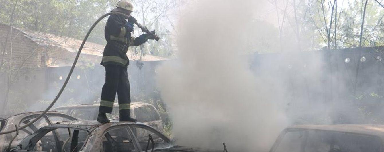 В Киеве на открытой стоянке пламя охватило полсотни автомобилей