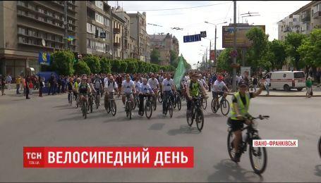 Несколько тысяч человек проехались на велосипедах по улицам Ивано-Франковска