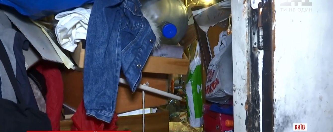 """Половина кози та сльози від смороду: київський """"Плюшкін"""" улаштував сміттєзвалище в багатоповерхівці та зник"""