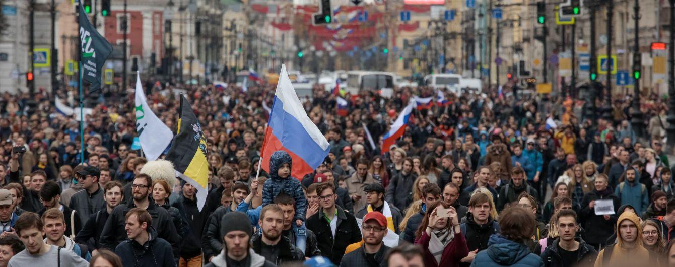 У Москві у прямому ефірі затримали журналіста під час акцій протесту
