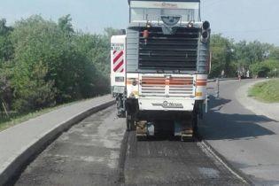 Підрядник повторно ремонтує дорогу біля Львова за власні гроші