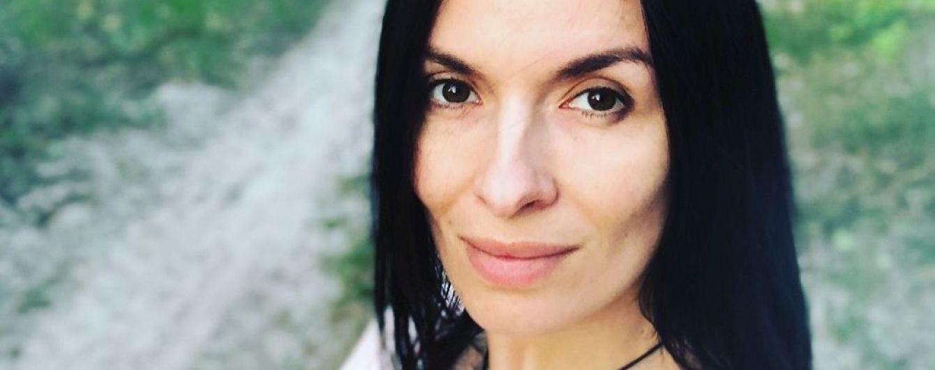 В рубашке и почти без макияжа: Надя Мейхер отправилась на прогулку с детьми