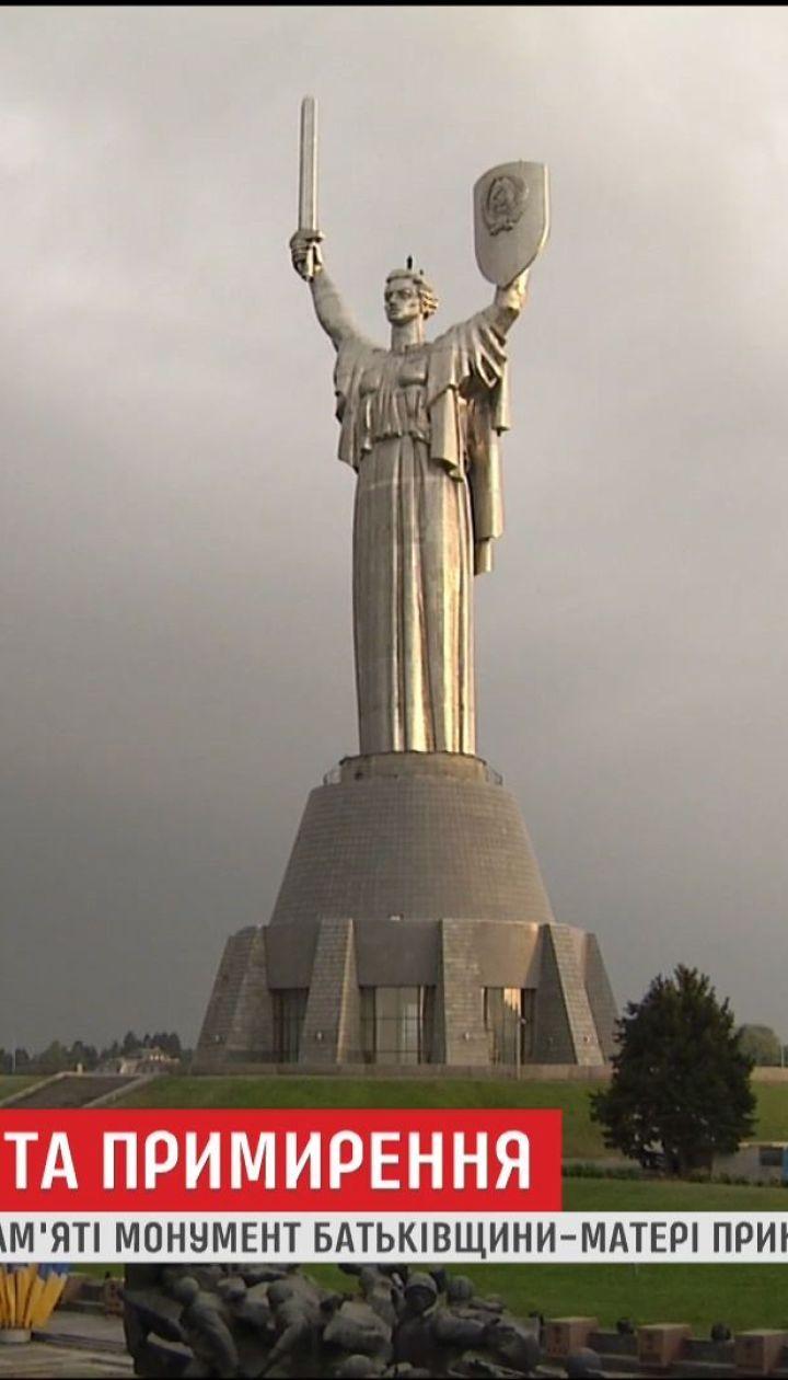 Из-за грозы и ветра украшение монумента Родины-Матери затянулось до утра