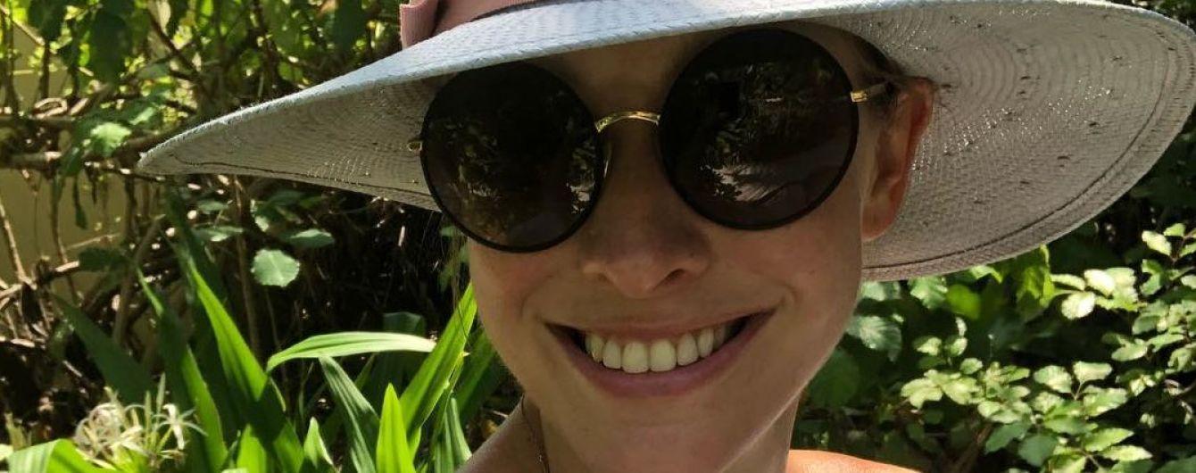 Звезды на отдыхе: Катя Осадчая нежится в бассейне с видом на закат