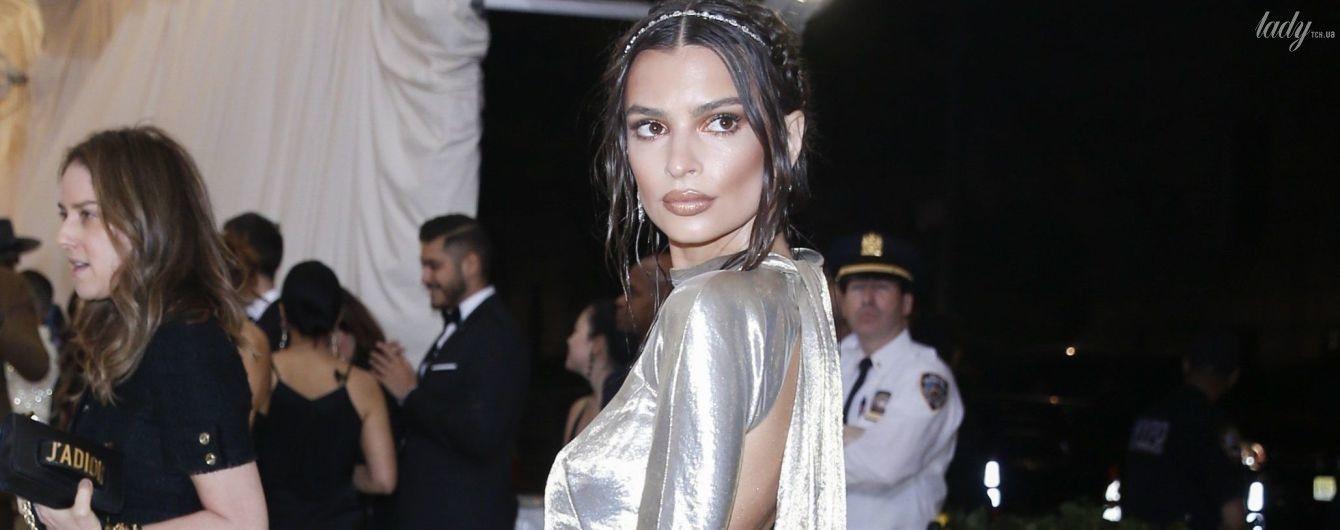 В платье с обнаженной спиной: Эмили Ратажковски не удивила образом на Met Gala-2018