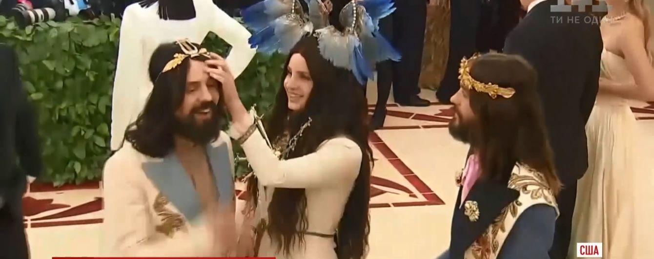 Звезды Голливуда запомнились религиозными образами на ярмарке костюмов в Нью-Йорке